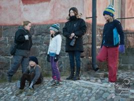 III Viapori Eko puolimaraton. Suomenlinnan maailmanperintöjuoksu. Katsojia Kuntomaneesilla. Photo Soili Mustapää
