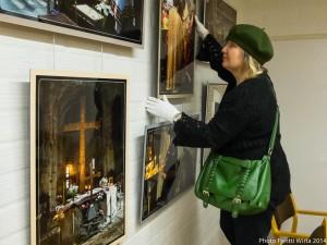 Hanging the exhibition at Turku Orthodox Parish. Photo Pentti Wirta.