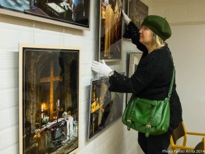 Hanging the exhibition at Turku Orthodox Parish. Photo Pentti Wirta.